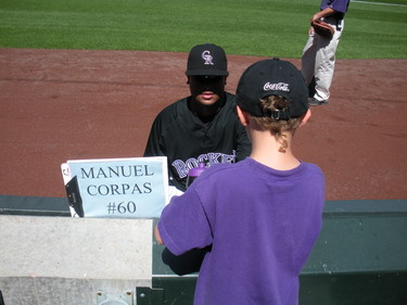 Manny signing for Hunter 8-24-08.JPG