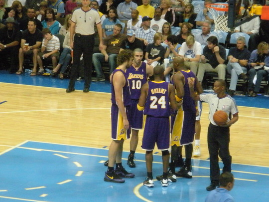 Lakers chatting 11-1-08.JPG